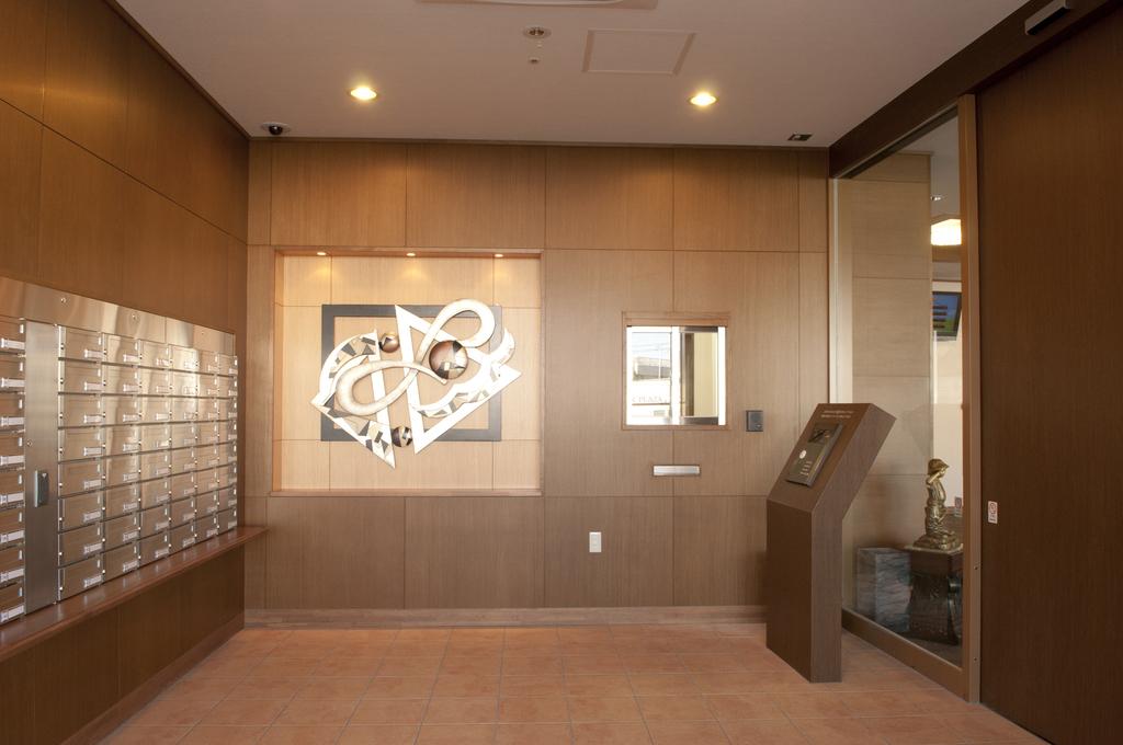 高級感あるエントランス。郵便受けは入居者がカードキーで開けることができます。
