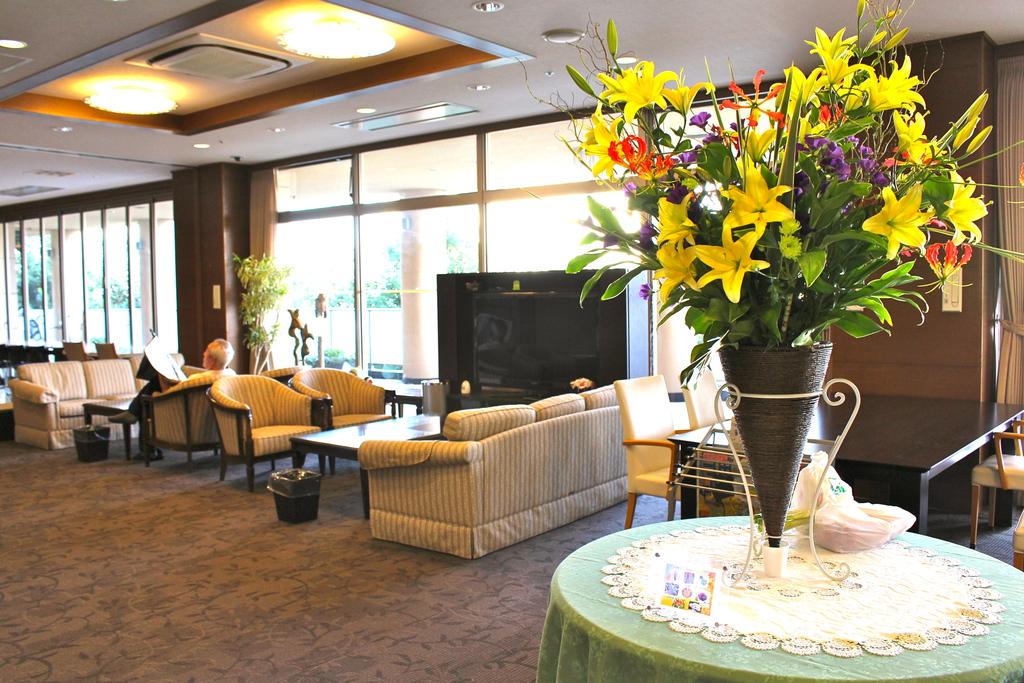 ホテルのように優雅で開放感のあるロビー。入居者がのんびりと思い思いの時間を楽しんでいました